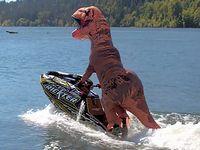 ティラノサウルスくん 今度はジェットスキーで大暴れ!