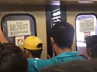 挟まれたらとっても痛そうなスゴい勢いで閉まる電車の扉
