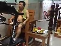 イスに座ってフィットネスマシンで運動する男