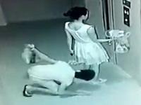 女性のスカートを覗く男を監視カメラが捉える