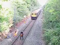 泥酔して電車が接近する線路に入り込んだ男が九死に一生を得た瞬間がこちら!