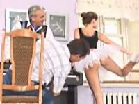 男たちが美人バレリーナの食い込みを見入ってしまうセクシードッキリ