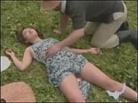 強姦願望がある女が野外で自ら衣服を乱して気を失ったフリをして道行く男たちを誘ってるwww