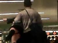 ダッチワイフを抱えて電車に乗る男性