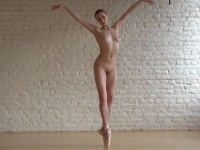 綺麗な軟体ボディで魅せる全裸のバレエ