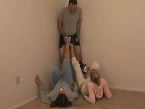 男の局部を責めながら足のトレニーングをするお姉さんたち