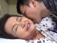 82歳のお婆ちゃんが曾孫と近親相姦でハッスルハッスル!