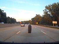 車内から見る外れたタイヤが跳ねてくる恐怖