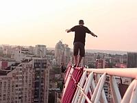 頭のネジがぶっ飛んでる!?落ちたら即死する高所で遊ぶ人たち