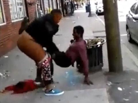 通りで周りの目も気にせずに男性に襲いかかる黒人女性