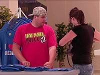 自分のパートナーが安いTシャツを万引きしだすドッキリ
