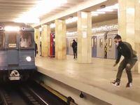 走行中の電車にイタズラするロシア人たちが命知らずすぎるwww