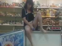 職場のお店で自撮りオナニーする大胆な女性