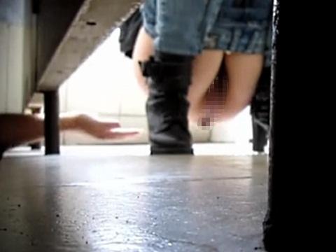 便所内に潜んで女性の排泄姿を覗くだけなく、マンコをタッチする男