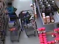 ウォルマートの店内で女性客のスカートを覗いている男を監視カメラが捉えた