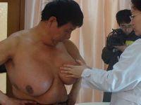 【閲覧注意】どんどん胸が膨らむ病気「巨乳症」が男性にもあった!