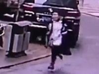 強盗にお金を盗まれた女性が強盗犯を必死に追いかけ続ける