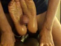女性の足が好きな男が女性の土踏まずを使ってオナニー