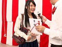 スカートが捲れてしまう前に10問正解したら100万円あげます!