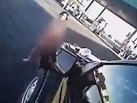 警官の隙をついて車を盗んでいく全裸の女性