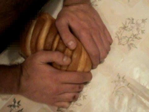 その発想はなかった!フランスパンでオナニーする男