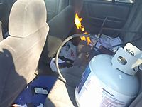 エアコン代わりに車の中でガスボンベから火を燃やす男がワイルドすぎるwww