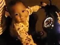 バイクを幼児に運転させるデンジャラスなお父さん
