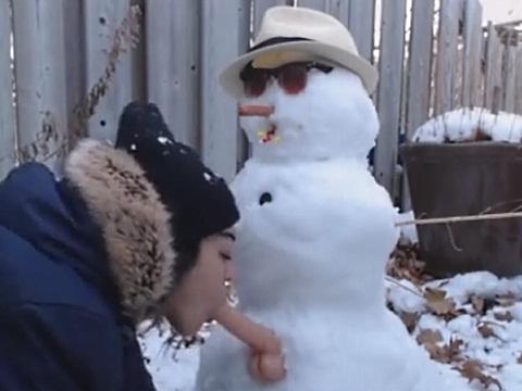 ディルドがついた子供には見せられない雪だるまでオナニーしてみた