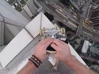 高層ビルの屋上でスケボーを乗り回す男の映像がタマヒュンすぎる!