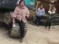 つけていたナプキンを取り出して立ち退きに抗議するおばさん
