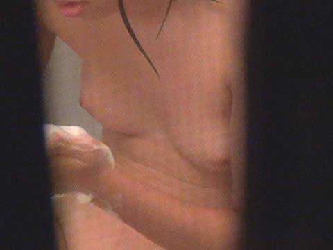 家族まとめて隠し撮り!風呂に入る姉と妹と母親を民家盗撮