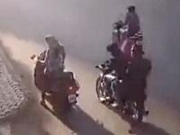 バイクに乗った二人組にバッグを盗まれ、パニックになった女性の行動