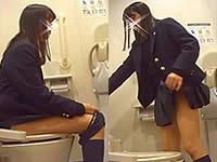 排泄中の表情もバッチリな制服JKトイレ盗撮