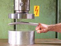 ウルヴァリンの爪に油圧プレス機で圧力をかけたらどうなるの?っと...