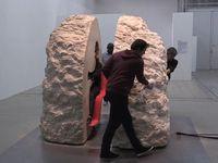 岩の中に1週間滞在するパフォーマンスに成功したフランス人アーティストがすごい!