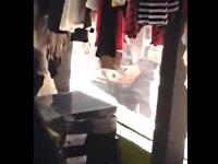 店内にいるアパレル店員を見ながらオナニーする男