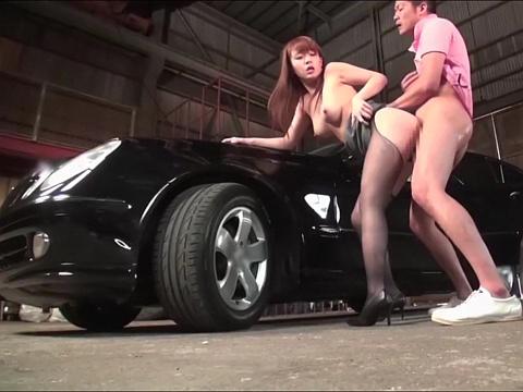 車にも自分にも試乗させる巨乳で妖艶なカーディーラー