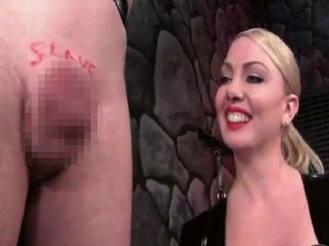 M男のチ●ポに接着剤を塗ってマ●コに改造していく女王様 Sadistic Mistress Superglues Slave's Dick To Man Pussy