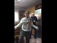 少女が踊れば爺も踊る!孫の後ろでこっそり踊る爺ちゃんが可愛い!