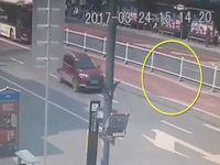中国の道路でバスが通過した直後に陥没事故!その映像が恐ろしすぎる...