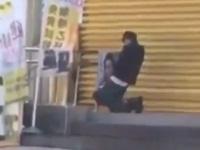 立て看板にムラムラして外で自慰行為をする男