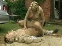 突然現われた泥女と泥まみれになりながらエッチ