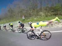 うつ伏せポーズでライバルをごぼう抜きにしていく自転車レーサーが速すぎる!