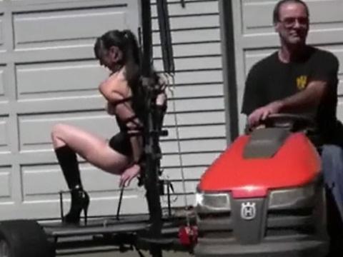 芝刈り機についたマシンで責められるM女