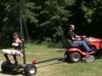 芝刈り機にディルドが上下するファッキングマシーンを取りつけて走ってみた