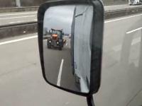 高速道路でトラクターに追い抜かれてしまったトラック運転手
