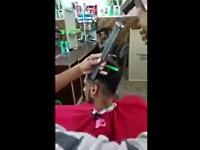 鑿(のみ)を使って髪をカットする散髪屋さん