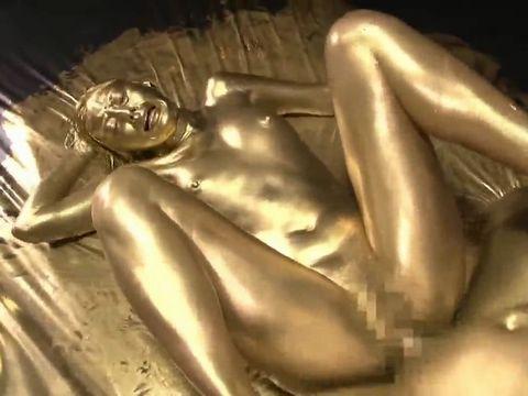 元モデルが金粉まみれになって艶めくウェット&メッシーファック!
