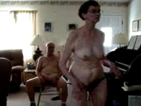 お爺さんの前でストリップをするお婆さん