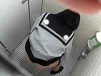 体育館トイレで現役JKの生マ●コを盗撮